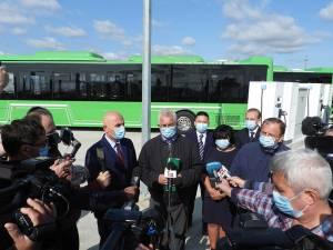 Primarul Ion Lungu, președintele CJ, Gheorghe Flutur, și dir. ADR NE, Vasile Asandei, la recepționarea celor 25 de autobuze electrice