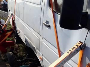 In urma impactului dintre vehicule, calul a fost prins sub microbuz