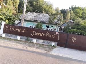 Mesaje antisemite pe afișe și pe gard, față de un candidat la Primăria Dornești