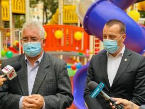 Primarul Ion Lungu și viceprimarul Lucian Harșovschi la inaugurarea locului de joacă din Parcul Central