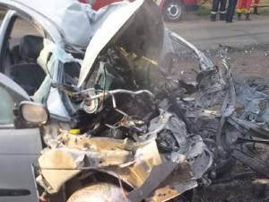Autoturismul în care se aflau cele două tinere a fost distrus în urma impactului devastator