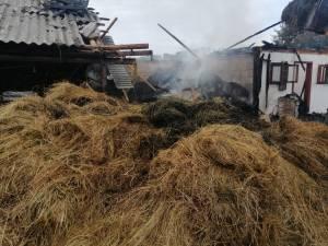 Incendiul a cuprins anexele, distrugand o mare cantitate de furaje uscate
