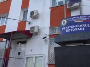 Bărbatul a fost escortat de polițiști în Penitenciarul Botoșani Sursa foto stiri.botosani.ro