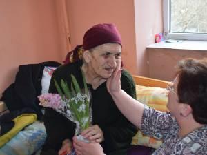 Alege să fii mângâiere, pregătește un cadou pentru unul dintre cei peste 70 de bătrâni din Căminul de la Solca