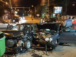Două mașini s-au ciocnit violent în intersecție, în fața Primăriei Suceava