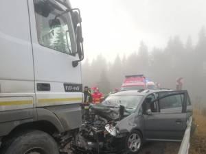 Un bărbat mort și trei persoane rănite, după ce autoturismul în care se aflau a intrat într-un tir