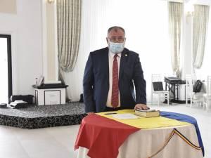 Primarul din Cornu Luncii, Gheorghe Fron, a depus, luni, jurământul pentru cel de-al treilea mandat consecutiv