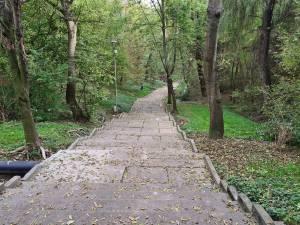 În Parcul Șipote, devenit oficial al Primăriei Suceava, au fost făcute deja o serie de lucrări de reparații la alei și la iluminatul public