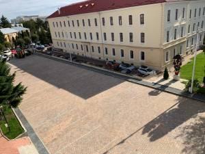 Parcarea de lângă Tribunalul Suceava, refăcută total, cu pavaj antichizat