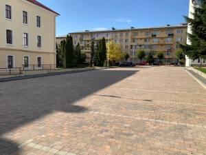 Parcarea de lângă Tribunalul Suceava a fost refăcută total, cu pavaj antichizat
