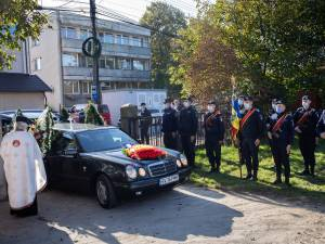 Garda de onoare îi dă onorul militar doctorului Cristian Irimie Foto Ema Motrescu