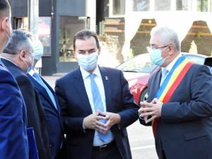 Ion Lungu si premierul Ludovic Orban, în fața Primăriei Suceava