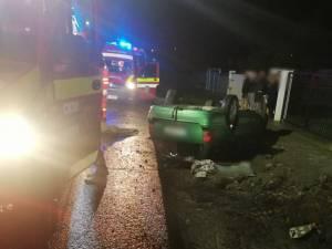 Doi tineri găsiți încarcerați în mașina care s-a răsturnat, la Ipotești