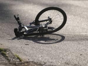 Biciclist de pe șosea la spital: a virat peste linia continuă și fără a se asigura   Sursa sibiu100.ro