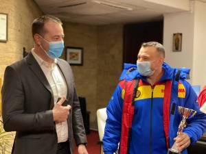 Dorel Toma și Cristi Mihai Tcaciuc au primit premiile oferite de municipalitatea suceveană din partea primarului Ion Lungu și a viceprimarului Lucian Harșovschi 3