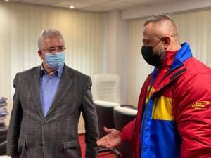 Dorel Toma și Cristi Mihai Tcaciuc au primit premiile oferite de municipalitatea suceveană din partea primarului Ion Lungu și a viceprimarului Lucian Harșovschi 4