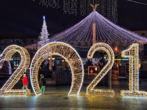Municipiul Suceava, pregătit de sărbătorile de iarnă, cu mii de decorațiuni luminoase