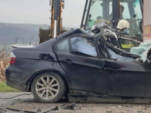 Un sucevean de 22 de ani a murit după ce a intrat cu BMW-ul în spatele unui tir. Foto dejeanul.ro