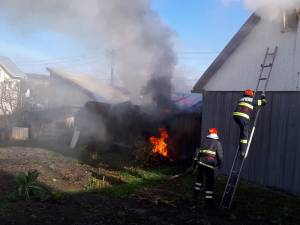 Incendiu la o magazie, propagat și la acoperișul unei case din cartierul Ițcani
