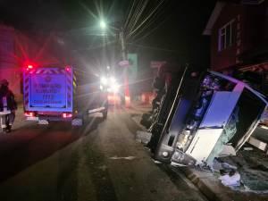 În urma unei manevre greşite autocamioneta s-a rasturnat, şoferul rămânând captiv in cabină
