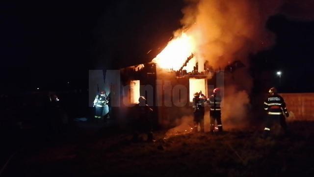 Incendiul violent a cuprins întreaga casă de locuit