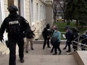 Cele 14 persoane arestate în dosarul șpăgilor de la Serviciul Permise și Înmatriculări Suceava își vor petrece Crăciunul în arest