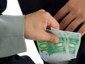 Bărbatul a încercat sa mituiască un poliţist cu 300 de euro