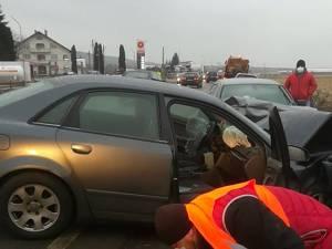 """Accident pe E 85, după ce o mașină s-a dus """"sanie"""" pe contrasens"""