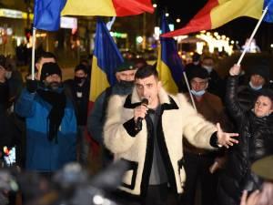 Ca un haiduc, în suman, co-președintele AUR George Simion și-a electrizat simpatizanții din Suceava