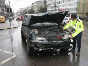 Autoturismul de teren a intrat în plin în taximetrul care vira spre stânga în intersecție