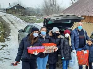 Sute de cadouri, îmbrăcăminte și încălțăminte, împărțite comunităților sărace din județ de voluntari ai Institutului Bucovina