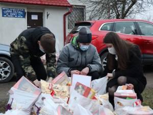 60 de familii necăjite au primit, în prag de sărbători, pachete cu alimente din partea voluntarilor ATOS