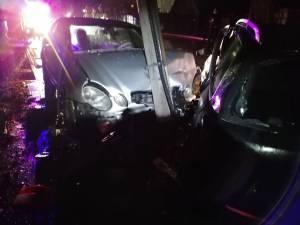 Autoturismul Mercedes s-a oprit într-un stâlp de beton de iluminat public, pe care l-a rupt