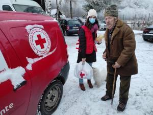 Voluntarii de la Crucea Roșie Suceava au împărțit pachete cu alimente persoanelor nevoiașe din județ