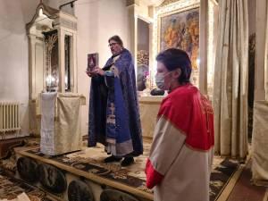 Aseară, în Ajun de Crăciun, la biserica Sf. Cruce din centrul municipiului Suceava, a fost oficiată slujba religioasă