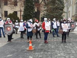 Sindicaliștii SANITAS protestează în fața Prefecturii Suceava