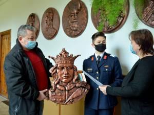 Eleva plutonier major Miruna Gabriela Duracu primind basorelieful lui Ștefan cel Mare.  Foto Toderașcu Ioan