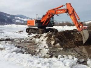 Excavator abandonat în albia râului