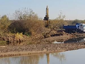 Exploatare de balast ilegală, descoperită în albia râului Siret, la Verești