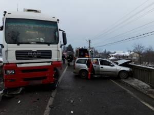 Trei victime au ajuns la spital, în urma coliziunii unui autoturism cu un autotren