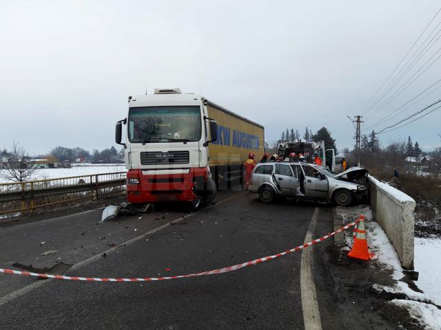 Impactul a avut loc pe un pod în curbă, pe o şosea marcată cu linie continuă