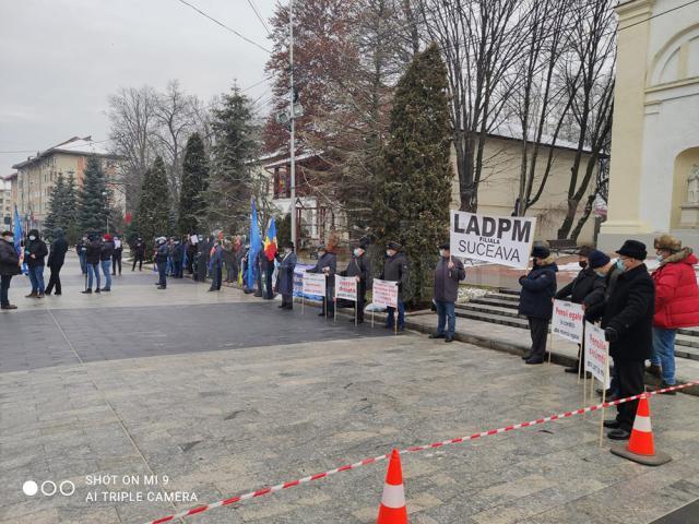 Polițiști de frontieră și militari în rezervă au protestat, ieri, în fața Prefecturii Suceava