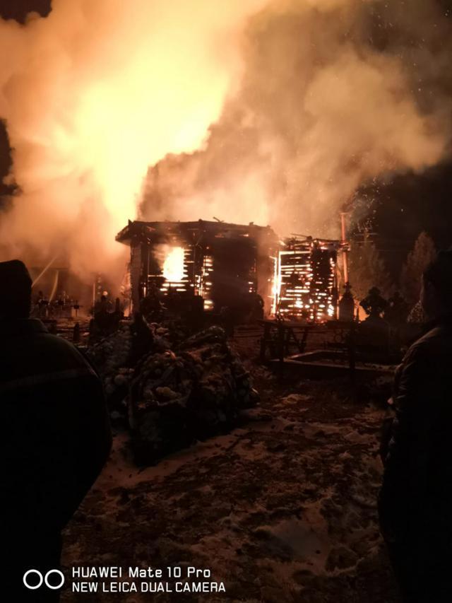 Biserica din lemn a ars ca o torţă