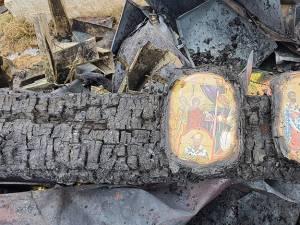 Cele două icoane au rămas intacte, pe suportul ars din spatele lor
