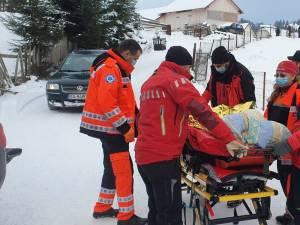 O femeie care a suferit o fractură, transportată până la ambulanță de salvamontiștii dorneni