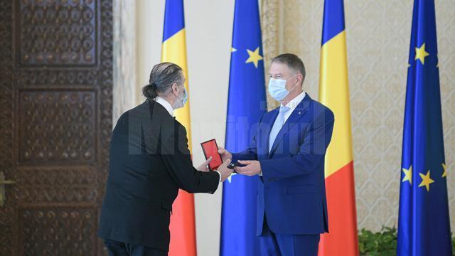 """Caricaturistul Mihai Pînzaru-PIM a primit, vineri, din partea președintelui României, Klaus Iohannis, Ordinul Național """"Pentru Merit"""" în grad de Ofițer"""