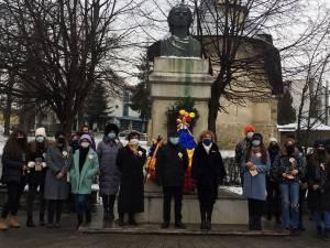 Coroane de flori depuse la bustul poetului Mihai Eminescu din municipiul Suceava