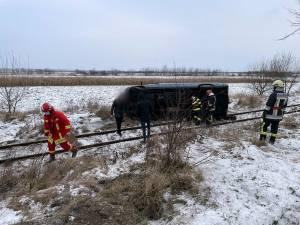 Microbuz răsturnat pe calea ferată spre Putna