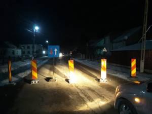Drum judetean blocat ilegal cu balize si un indicator in localitatea Costana