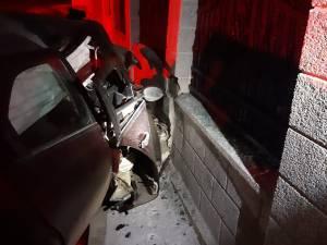 Autoturismul a intrat în coliziune violentă cu zidul de beton